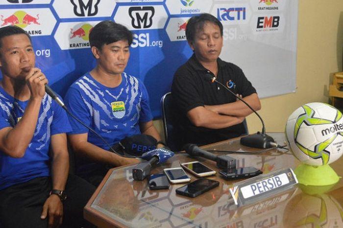 Bek Persib Bandung, Henhen Herdiana (kiri) saat jumpa pers sebelum pertandingan, Selasa (4/12/2018).