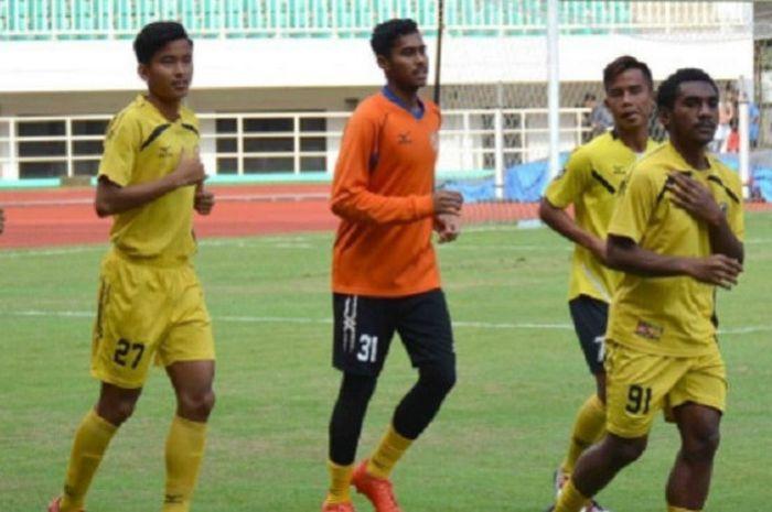 Pemain Semen Padang U-19 pemanasan jelang laga kontra PS TNI U-19 di Stadion Pakansari, Bogor, Kamis (30/7/2017).