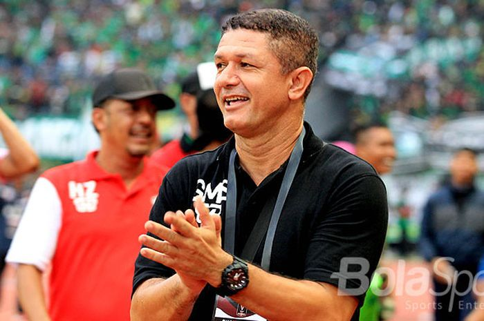 Ekspresi pelatih Madura United, Gomes de Oliveira, usai laga melawan Persebaya Surabaya pada pekan ketiga Piala Presiden 2018 Grup C di Stadion Gelora Bung Tomo Surabaya, Jawa Timur (28/01/2018).