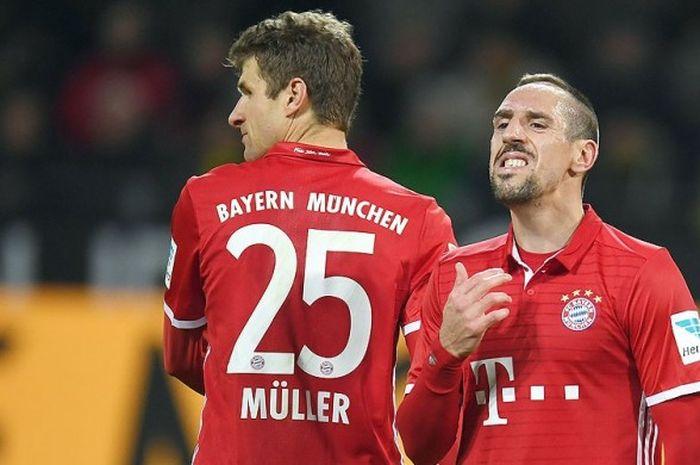 Reaksi dua gelandang Bayern Muenchen, Thomas Mueller (kiri) dan Franck Ribery, di akhir laga melawan Borussia Dortmund dalam partai lanjutan Bundesliga 2016-2017 di Dortmund.