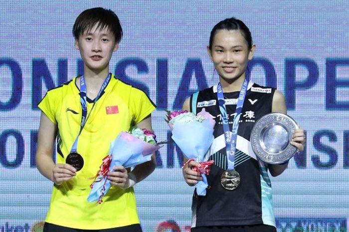 Pebulu tangkis tunggal putri China, Chen Yufei (kiri), dan Tai Tzu Ying (Taiwan) berpose di podium Indonesia Open 2018, di Istora Senayan Jakarta, Minggu (8/7/18).