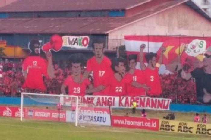 Suporter PSM bentangkan dua koreografi besar pada laga timnya menghadapi Arema FC, Minggu (14/10/2018).