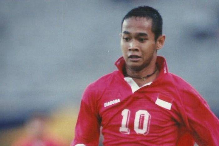 Kurniawan Dwi Yulianto ketika masih aktif bermain membela tim nasional Indonesia.