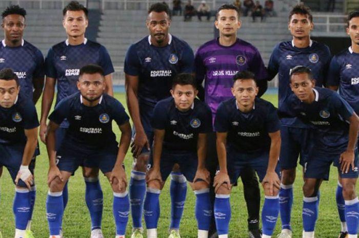 Penyerang sayap Saddil Ramdani (depan, dua dari kiri) bersama pemain Pahang FA jelang uji coba kontra Kelantan United pada uji coba di Stadion Darul Makmur, Kuantan, 17 Januari 2019.