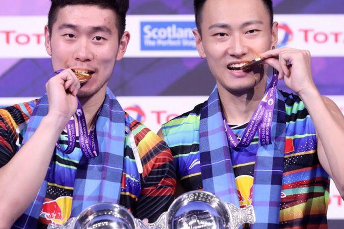 Juara dunia ganda putra 2017 asal China, Liu Cheng (kiri) dan Zhang Nan.