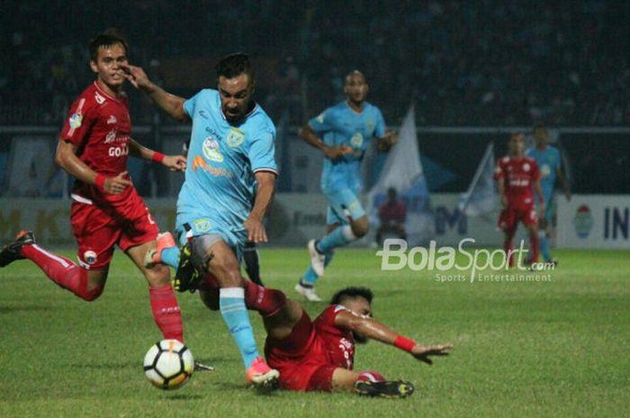 Gelandang Persela Lamongan, Diego Assis, diadang bek Persija Jakarta, Maman Abdurrahman, pada lanjutan Liga 1 pekan ke-9 di Stadion Surajaya Lamongan, Minggu (20/5/2018).