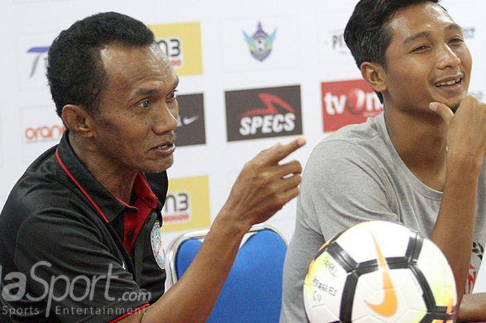 Pelatih Martapura FC, Frans Sinatra Huwae (kiri).