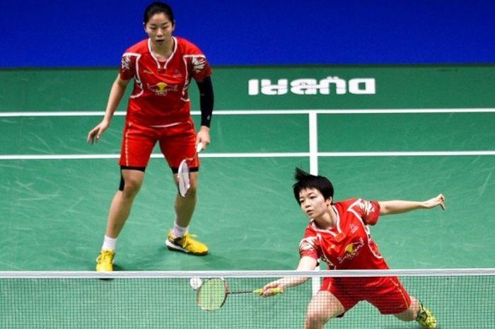 Pasangan ganda putri China, Chen Qingchen (depan) dan Jia Yifan, saat bertanding melawan Misaki Matsutomo/Ayaka Takahashi (Jepang) pada laga final BWF Dubai World Superseries Finals di Hamdan Sports Complex, Dubai, Uni Emirat Arab, 18 Desember 2016.