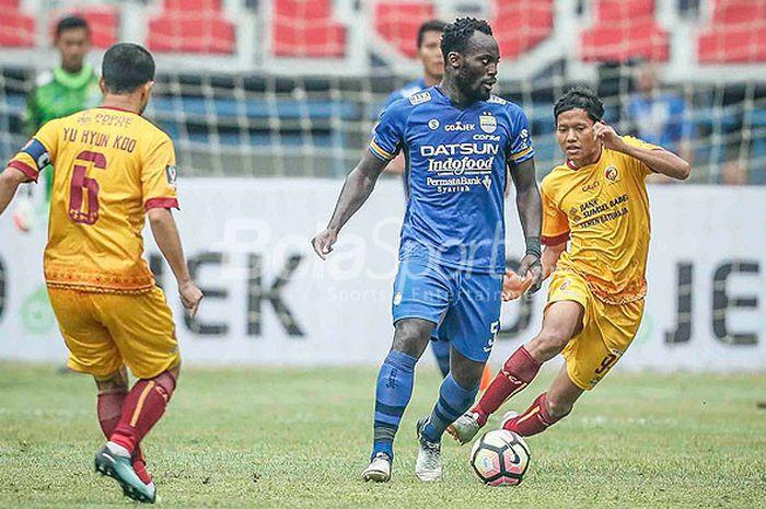 Pemain bintang Persib Bandung, Michael Essien (tengah), mendapat pengawalan ketat dari pemain