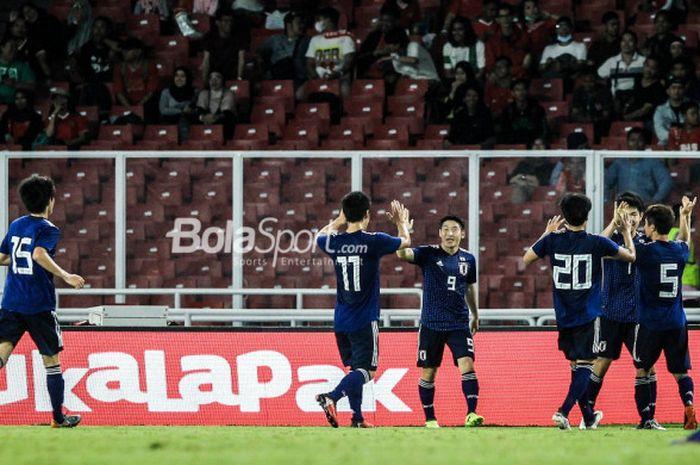 Para pemain timnas U-19 Jepang merayakan gol ke gawang timnas u-19 Indonesia di Stadion Utama GBK, MInggu (25/3/2018).