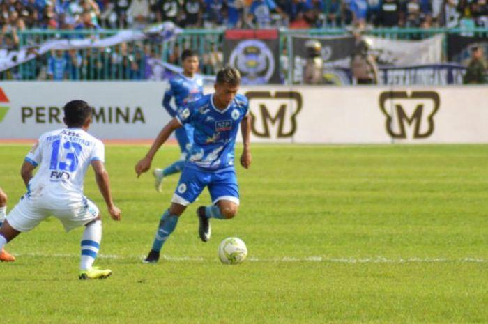 Dua pemain Persib, Eka Ramdani (kiri) dan Febri Hariyadi mengawasi pergerakan pilar PSCS Cilacap pada laga 64 Besar Piala Indonesia 2018 di Stadion Wijayakusuma, 5 Desember 2018.