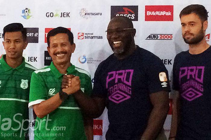 Pelatih PSMS Medan, Djadjang Nurdjaman (kedua dari kiri) dan pelatih Barito Putera, Jacksen F. Tiago