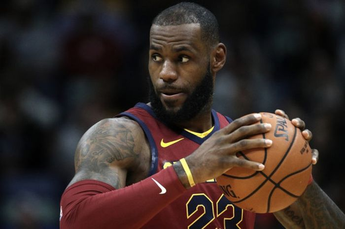 Pebasket bintang Cleveland Cavaliers, LeBron James, bersiap menjalani pertandingan melawan New Orleans Pelicans di Smoothie King Center, New Orleans, Louisiana, Amerika Serikat, Sabtu (28/10/2017).