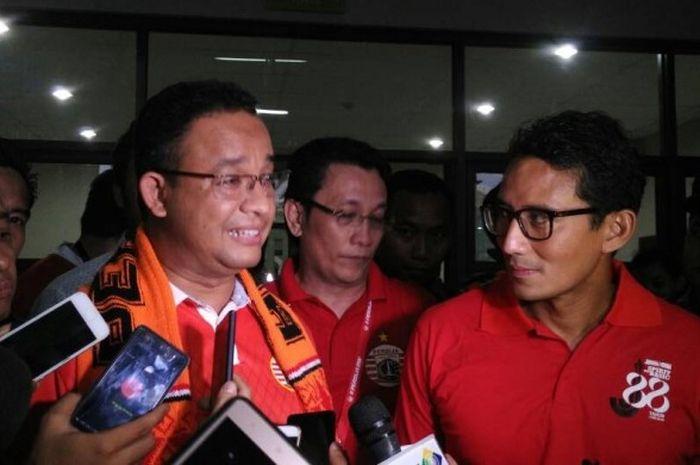 Gubernur dan wakil gubernur terpilih, Anies Baswedan (kiri) dan Sandiaga Uno, ketika menyaksikan sec
