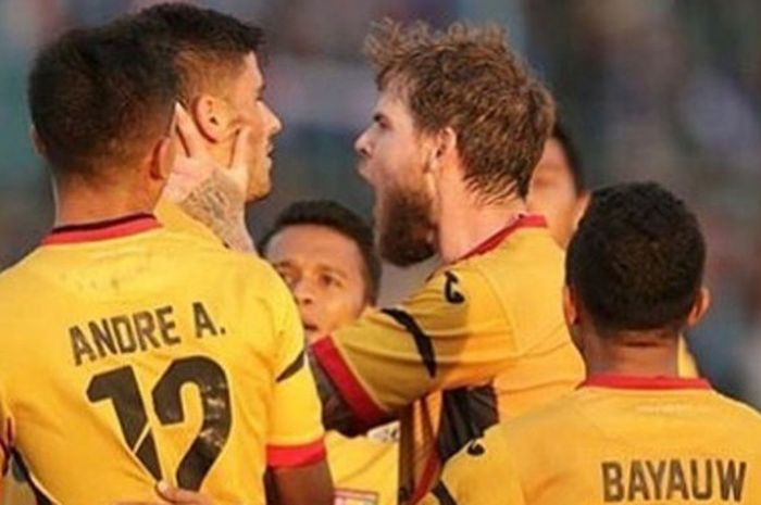 Ekspresi gelandang Mitra Kukar, Danny Guthrie (tengah), seusai striker Fernando Rodriguez mencetak gol ke gawang Arema FC pada laga pertama Liga 1 musim 2018 di Stadion Kanjuruhan, Kabupaten Malang, Sabtu (24/3/2018).