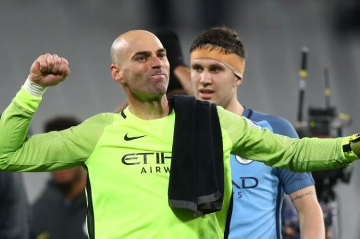 Willy Caballero merayakan kemenangan dengan John Stones dalam laga Premier League antara West Ham United dan Manchester City di London Stadium, 01 Februari 2017.