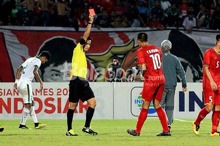 Wasit memberikan kartu merah kepada pemain timnas U-16 Vietnam, Vo Nguyen Hoang, pada laga ketiga Grup A Piala AFF U-16 2018 di Stadion Gelora Delta Sidoarjo, Jawa Timur, Kamis (02/08/2018) malam.
