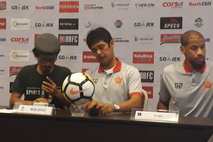 Pelatih PS Tira, Nilmaizar (tengah) memberikan keterangan dalam jumpa pers untuk laga kontra PSMS Medan di Bogor, 4 Desember 2018.