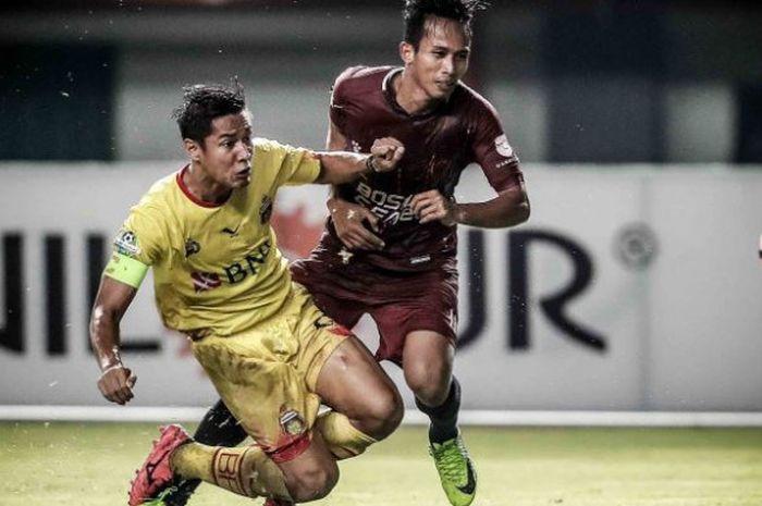 Duel bek Bhayangkara FC, Indra Kahfi (kiri) dengan penyerang PSM Makassar, M Rahmat (kanan), pada la