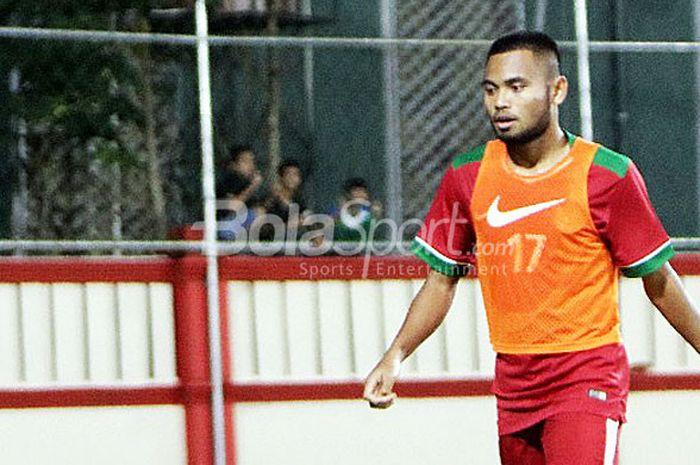 Pemain sayap Timnas U-23 Indonesia, Saddil Ramdani, melakukan pemanasan saat hendak diturunkan dalam laga uji coba melawan Timnas U-23 Thailand di Stadion PTIK, Jakarta, Kamis (31/5/2018).