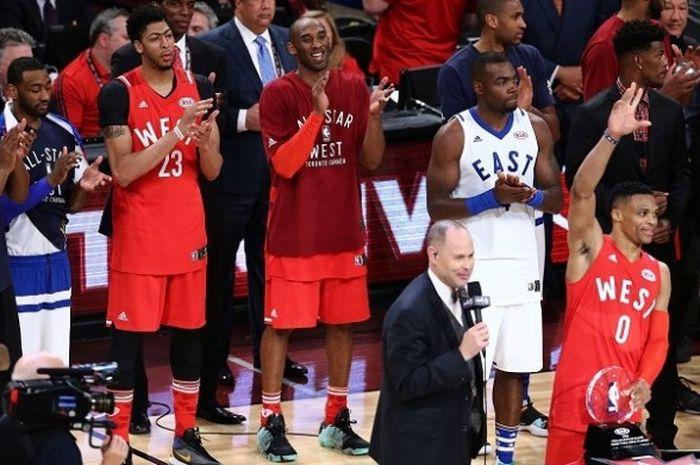 Bintang Los Angeles Lakers, Kobe Bryant (kedua dari kanan), ketika merayakan kemenangan Wilayah Barat pada laga NBA All-Star di Air Toronto, Canada Center, Minggu (14/2/2016).