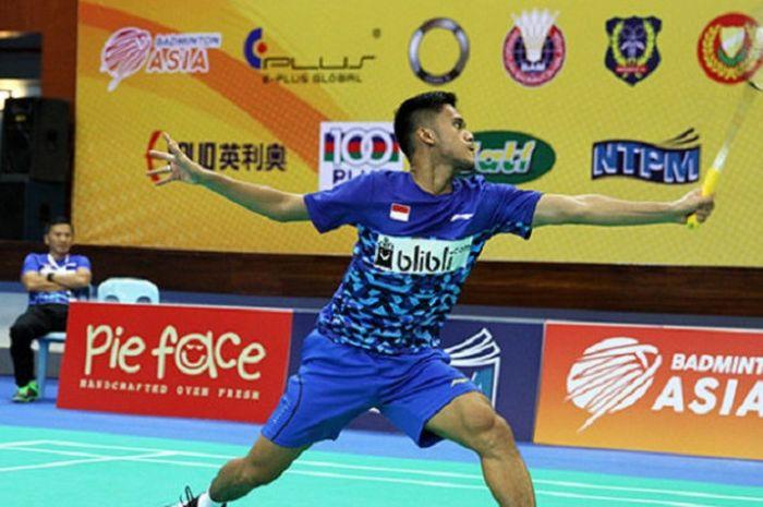 Firman Abdul Kholik mengembalikan kok dari Lee Dong-keun (Korea Selatan) pada pertandingan babak sem