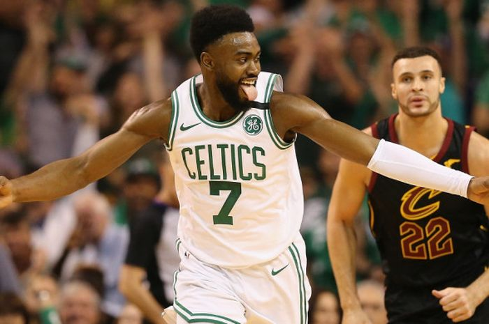 Pebasket Boston Celtics, Jaylen Brown (#7), melakukan selebrasi setelah mencetak tiga poin pada lag