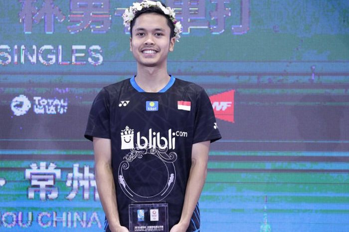 Pebulu tangkis tunggal putra Indonesia, Anthony Sinisuka Ginting, berpose di atas podium juara China Open 2018.