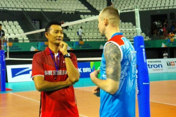 Pelatih timnas voli putra Indonesia, Samsul Jais, berbincang dengan salah satu pemain asing Palembang Bank Sumsel Babel, di Tennis Indoor Senayan, Jakarta, Sabtu (10/2/2018).