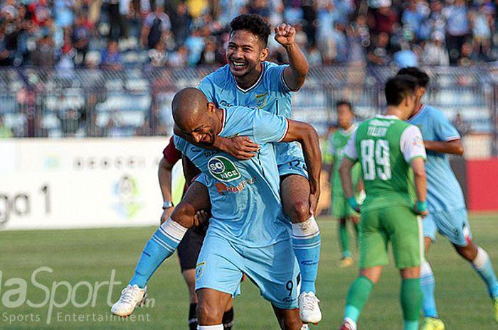 Penyerang Persela Loris Arnaud melakukan selebrasi bersama Gian Zola usai mencetak gol kedua ke gawang Bhayangkara FC dalam laga lanjutan Liga 1 2018 di Stadion Surajaya Lamongan, Minggu (16/9/2018).