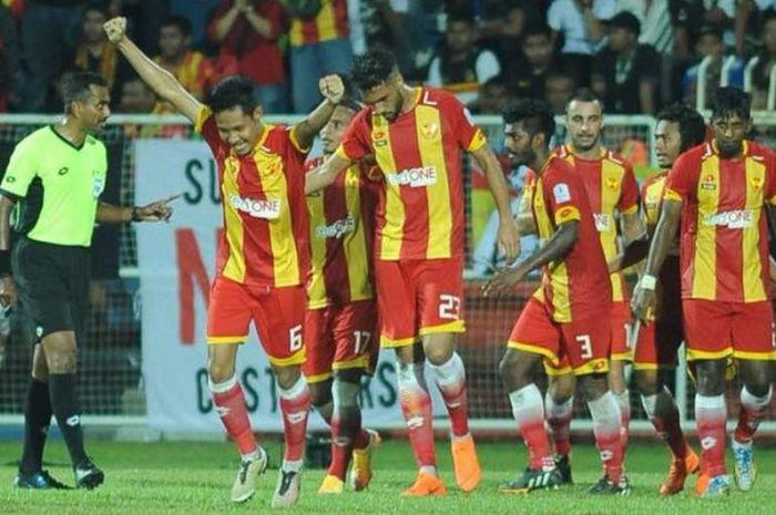 Gelandang Evan Dimas mengangkat tangan seusai mencetak gol untuk Selangor FA ke gawang tuan rumah Terengganu FA pada laga putaran kedua Piala FA Malaysia 2018 di Stadion Sultan Ismail Nasiruddin Shah Stadium pada Jumat (16/3/2018) malam.
