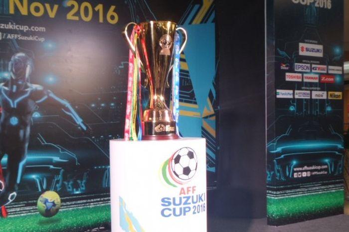Trofi Piala AFF 2016 yang dipamerkan di kawasan fX Sudirman, Jakarta, 5 November 2016.
