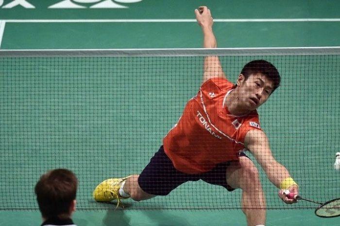 Pebulu tangkis tunggal putra Jepang, Sho Sasaki, mengembalikan kok ke arah Hans Kristian Vittinghus (Denmark) pada babak perempat final Australia Terbuka, 10 Juni 2016.