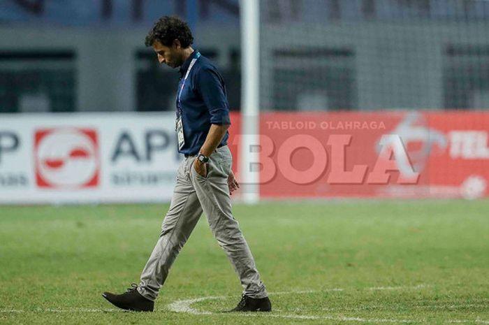 Pelatih timnas U-23 Indonesia, Luis Milla, usai timnya tersingkir dari Asian Games 2018. Indonesia kalah adu  penalti dari Uni Emirat Arab di babak 16 besar sepak bola di Stadion Wibawa Mukti, Jumat (24/8/2018).