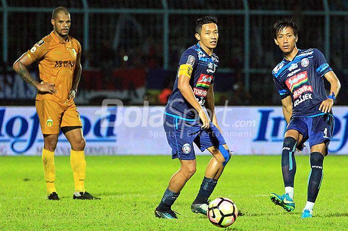 Aksi pemain Arema FC, Johan Farizi (kanan), dan Syaiful Indra Cahya, dalam laga ketiga Grup E Piala Presiden 2018 di Stadion Kanjuruhan Malang, Jawa Timur, Selasa (30/01/2018) malam.