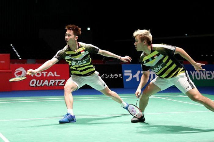 Pasangan ganda putra Indonesia, Marcus Fernaldi Gideon/Kevin Sanjaya Sukamuljo, mengembalikan kok ke arah Vladimir Ivanov/Ivan Sozonoz pada babak pertama Japan Open 2018, Rabu (12/9/2018).