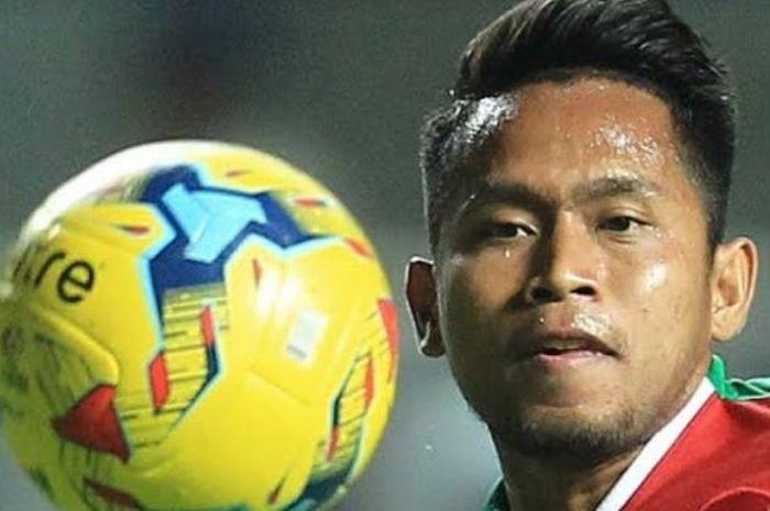 Winger Indonesia, Andik Vermansah saat masih main pada awal babak pertama kontra Thailand di Stadion Pakansari, Kabupaten Bogor, Rabu (14/12/2016) malam.