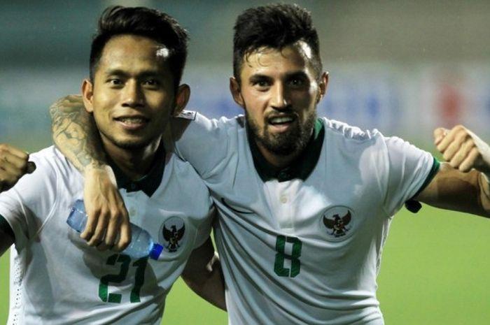 Ekspresi bangga dua pahlawan kemenangan Indonesia atas Singapura, Andik Vermansah dan Stefano Lilipaly, di Stadion Stadion Rizal Memorial, Jumat (25/11/2016) malam WIB.