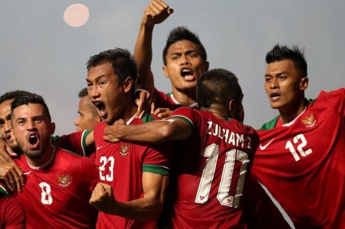 Para pemain tim nasional Indonesia merayakan keberhasilan mencetak gol ke gawang Thailand pada final pertama Piala AFF 2016 di Stadion Pakansari, Bogor, Rabu (14/12/2016).