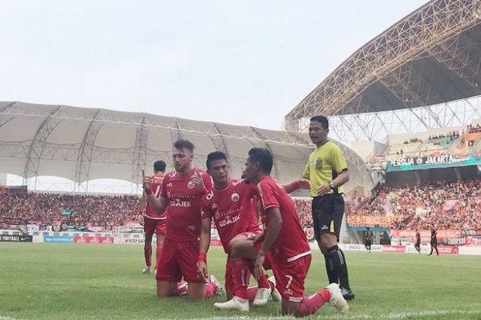 Striker Persija Jakarta Marko Simicv (kiri) selebrasi dengan rekan-rekannya usai membobol gawang Arema FC dalam lanjutan Go-Jek Liga 1 2018 di Stadion Kanjuruhan, Kepanjen, Kabupaten Malang, Minggu (5/8/2018) malam WIB. Laga ini berakhir 1-1.