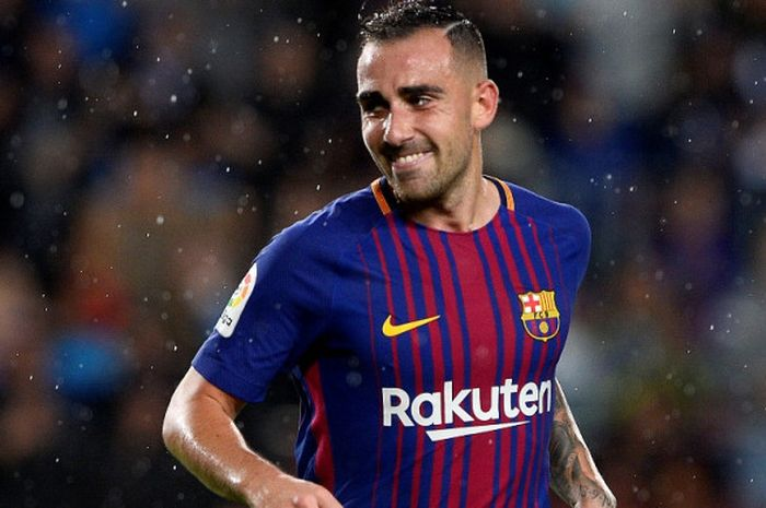 Pemain FC Barcelona, Paco Alcacer, melakukan selebrasi setelah mencetak gol pembuka di pertandingan lanjutan Liga Spanyol melawan Sevilla, Sabtu (5/11/2017) waktu setempat.