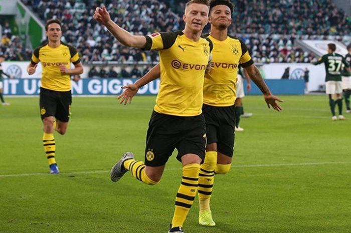 Penyerang Borussia Dortmund, Marco Reus (kiri), bersama Jadon Sancho, dalam laga Liga Jerman menghadapi Wolfsburg di Volkswagen Arena pada 3 November 2018.