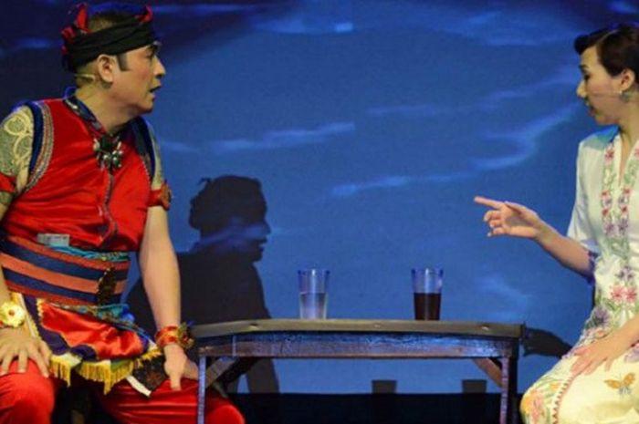 Bermain ketoprak. Huang Hua berdialog dengan Jagawara yang diperankan suaminya, Tjandra Budi Darmawan, saat bermain ketoprak Rebut Kuasa pada perayaan Imlek di Klaten, Jawa Tengah beberapa waktu lalu.