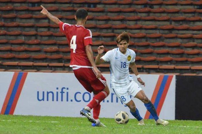 Penyerang timnas U-23 Malaysia, Akhyar Rashid (18) mencoba melewati pemain timnas U-23 Uni Emirat Arab (UEA) pada uji coba di Stadion Shah Alam, Selangor, 10 Agustus 2018.