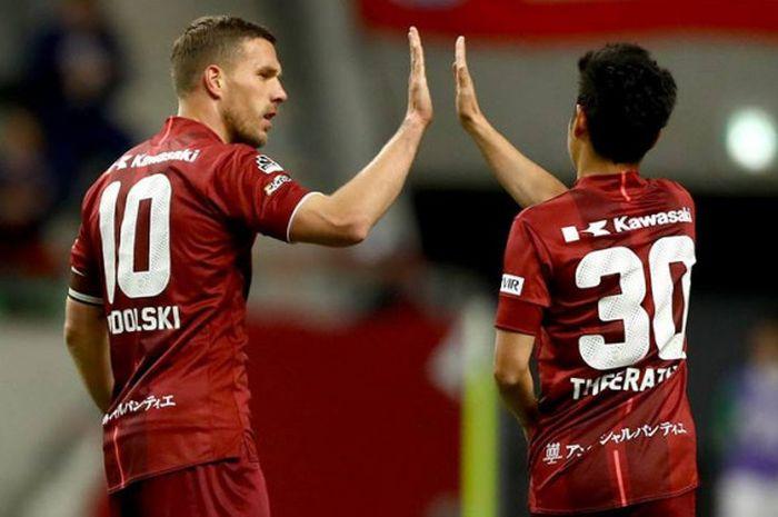 Duo pemain impor Vissel Kobe, Lukas Podolski dan Theeraton Bunmathan (kanan) pada laga kontra V-Varen Nagasaki pada laga fase Grup D J.League Cup 2018 di Stadion Noevir, Rabu (7/3/2018) malam.