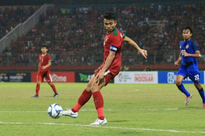 Kapten timnas U-19 Indonesia, Nurhidayat Haji Haris, saat berlaga melawan Thailand di Stadion Gelora
