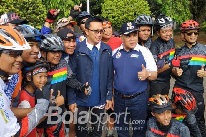 Menteri Pemuda dan Olahraga RI Imam Nahrawi berfoto dengan para peserta Sepeda Nusantara 2018 di Alu