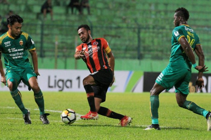 Kapten Perseru, Arthur Bonai di tengah dua bek Sriwijaya FC, Hamka Hamzah dan Markho Sandy Meraudje