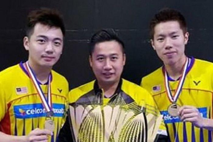 Pelatih ganda putra Malaysia, Jeremy Gan (tengah), berpose dengan Goh V Shem/Tan Wee Kiong setelah menjuarai BWF Superseries Finals 2016.