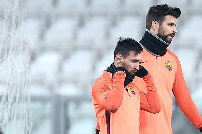 Pemain Barcelona, Lionel Messi (kiri) dan Gerard Pique, tidak lagi saling menyapa.